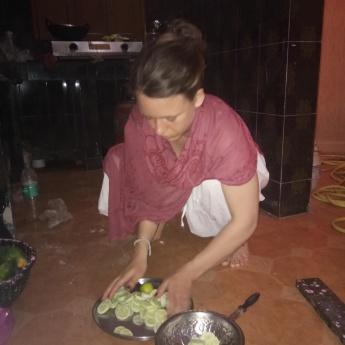 Zubereitung Gurkensalat mit einem bengalischenn Messer.
